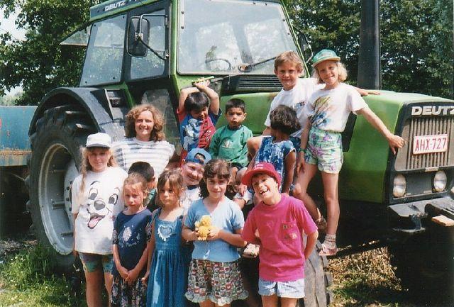 Les enfants posent avec fierte devant le tracteur